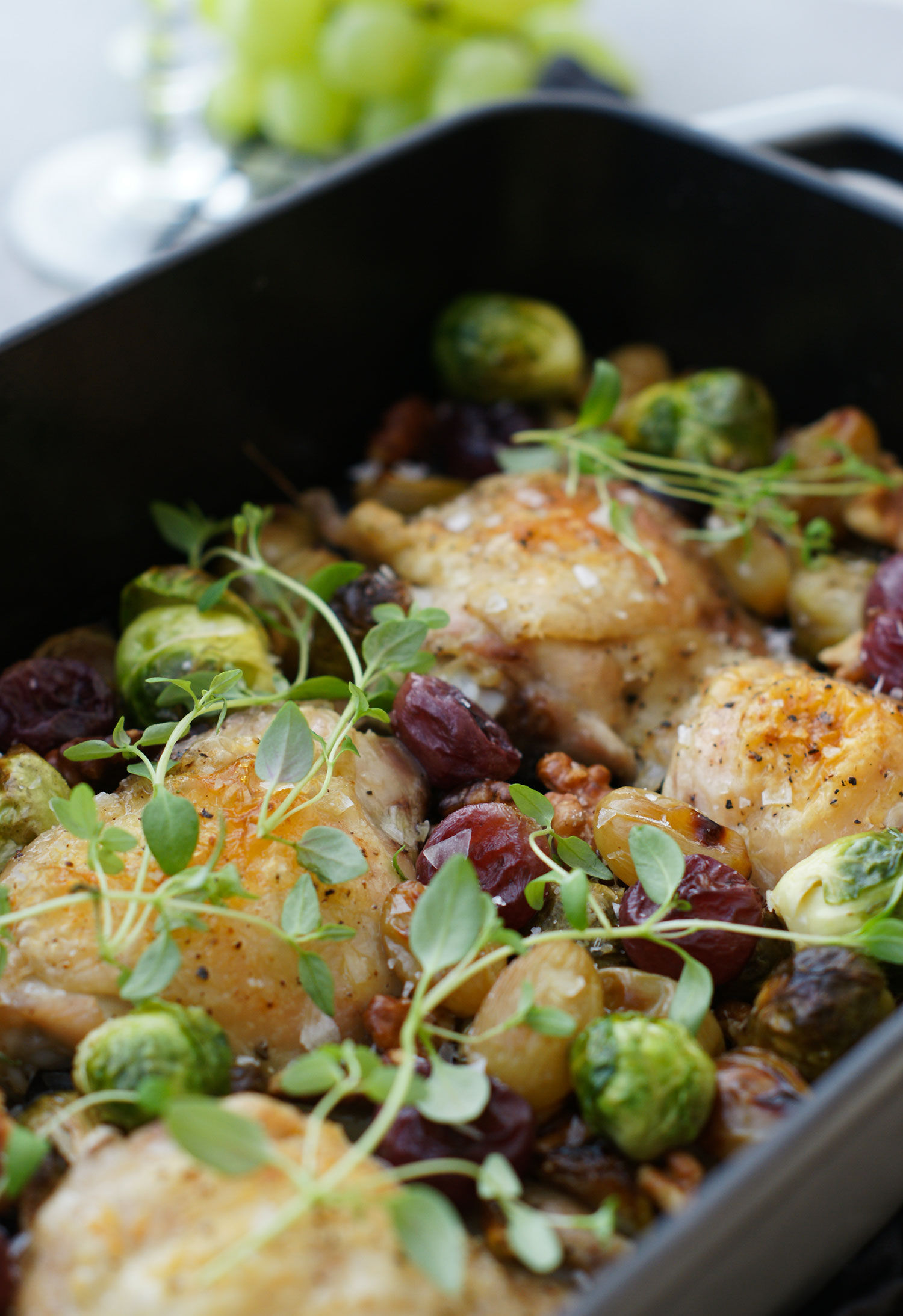 Allt-i-ett ugnsbakat kycklinglår med brysselkål, druvor och valnötter i ugnsform