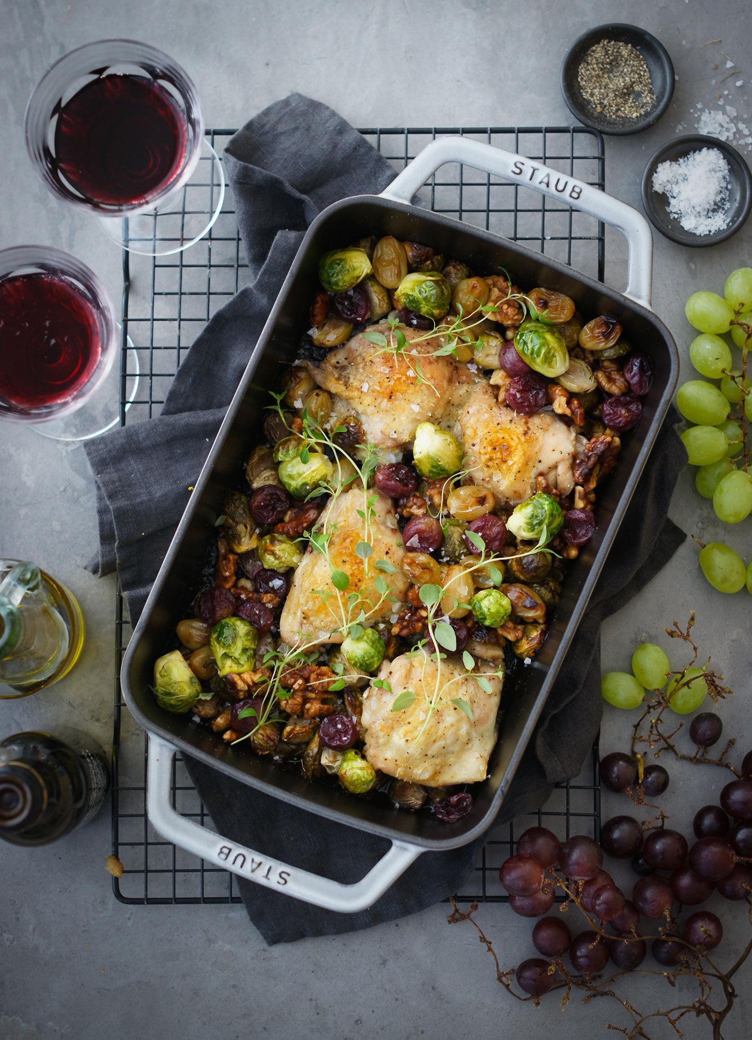 Allt-i-ett ugnsbakat kycklinglår med brysselkål, druvor och valnötter i ugndform