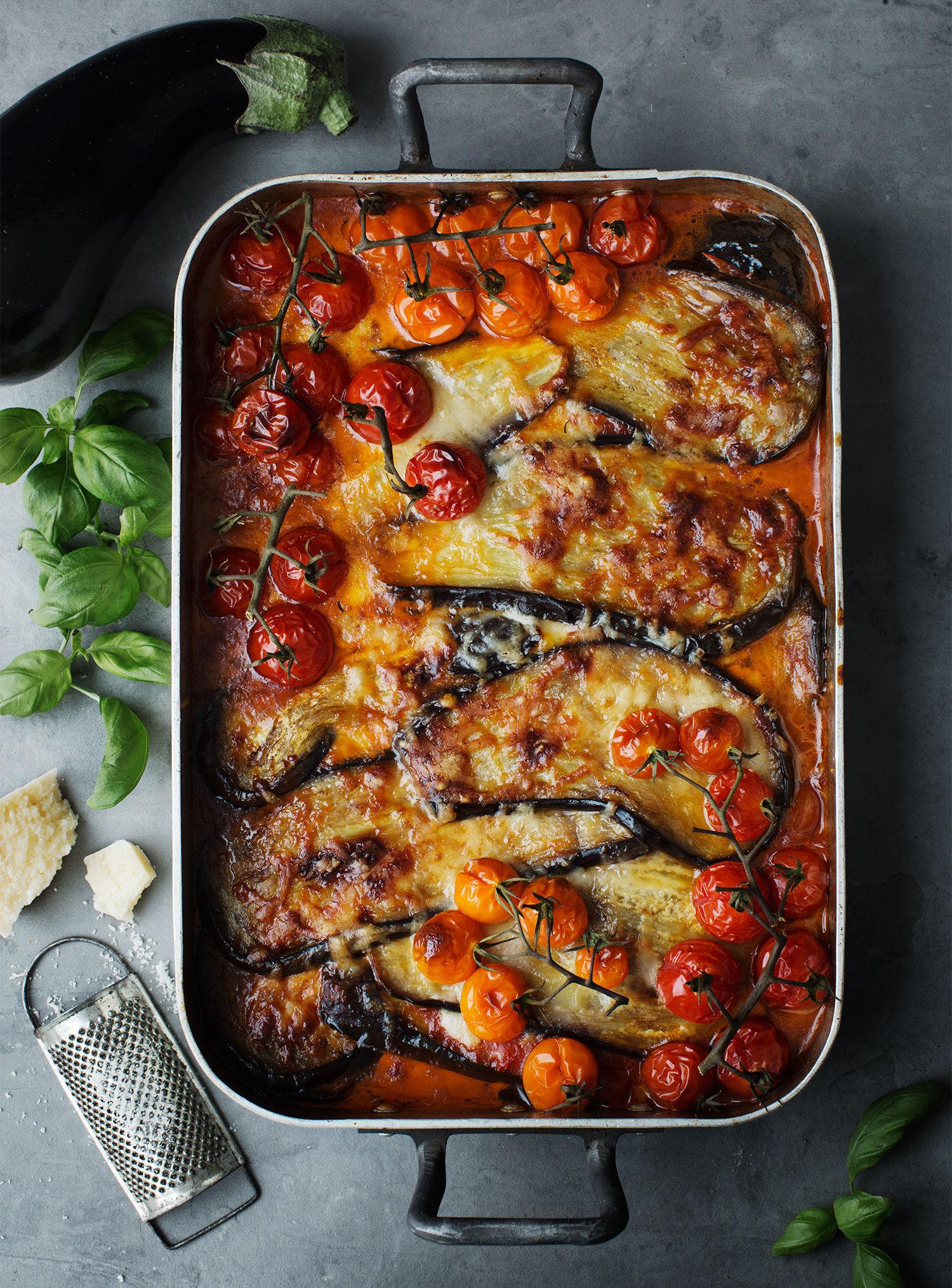 Auberginegratäng med tomatsås, parmesan och mozzarella