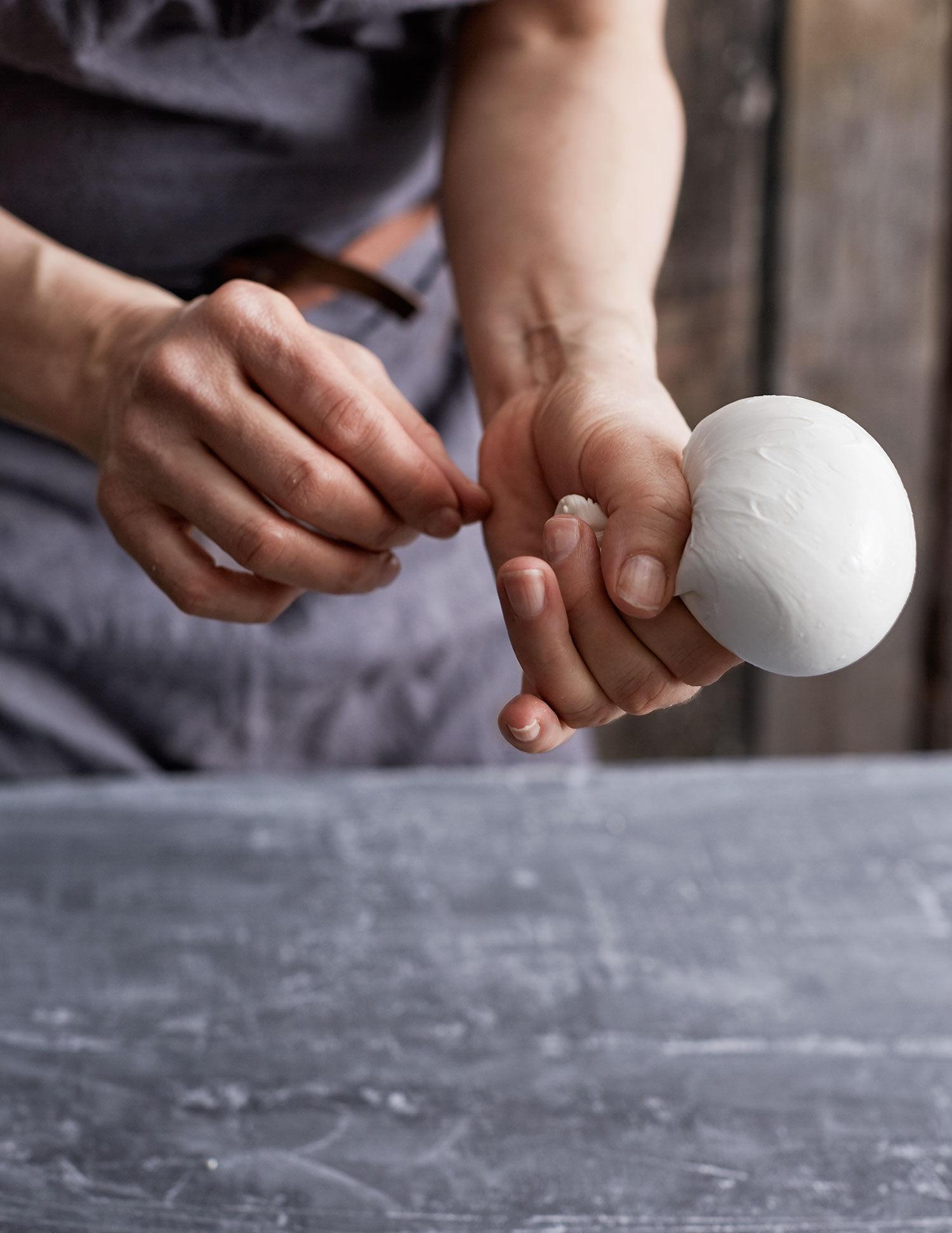 Monica Eisenman vissar hur man formar mozzarella