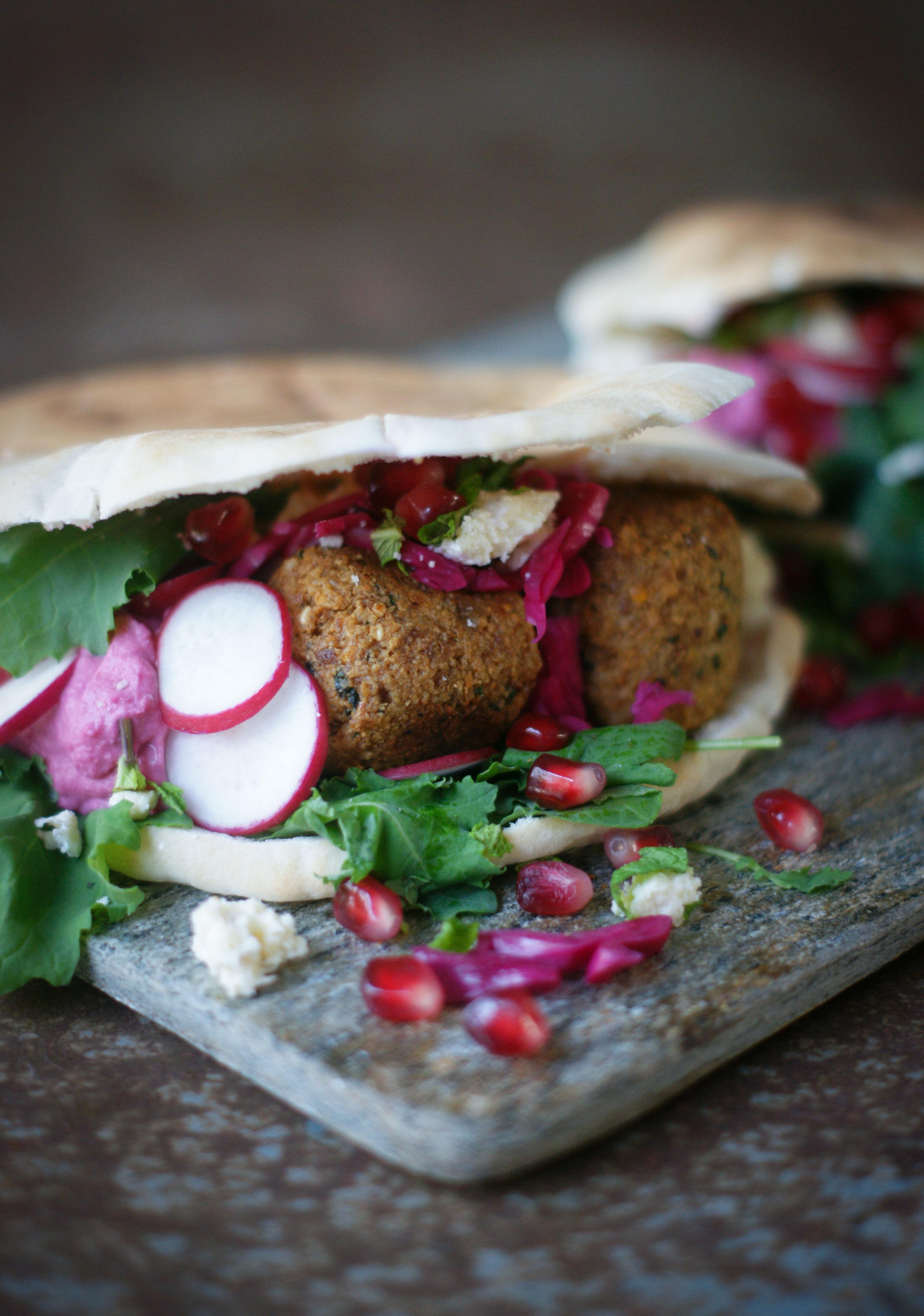 Pita med falafel, grönkål, rödbetshommus och feta.