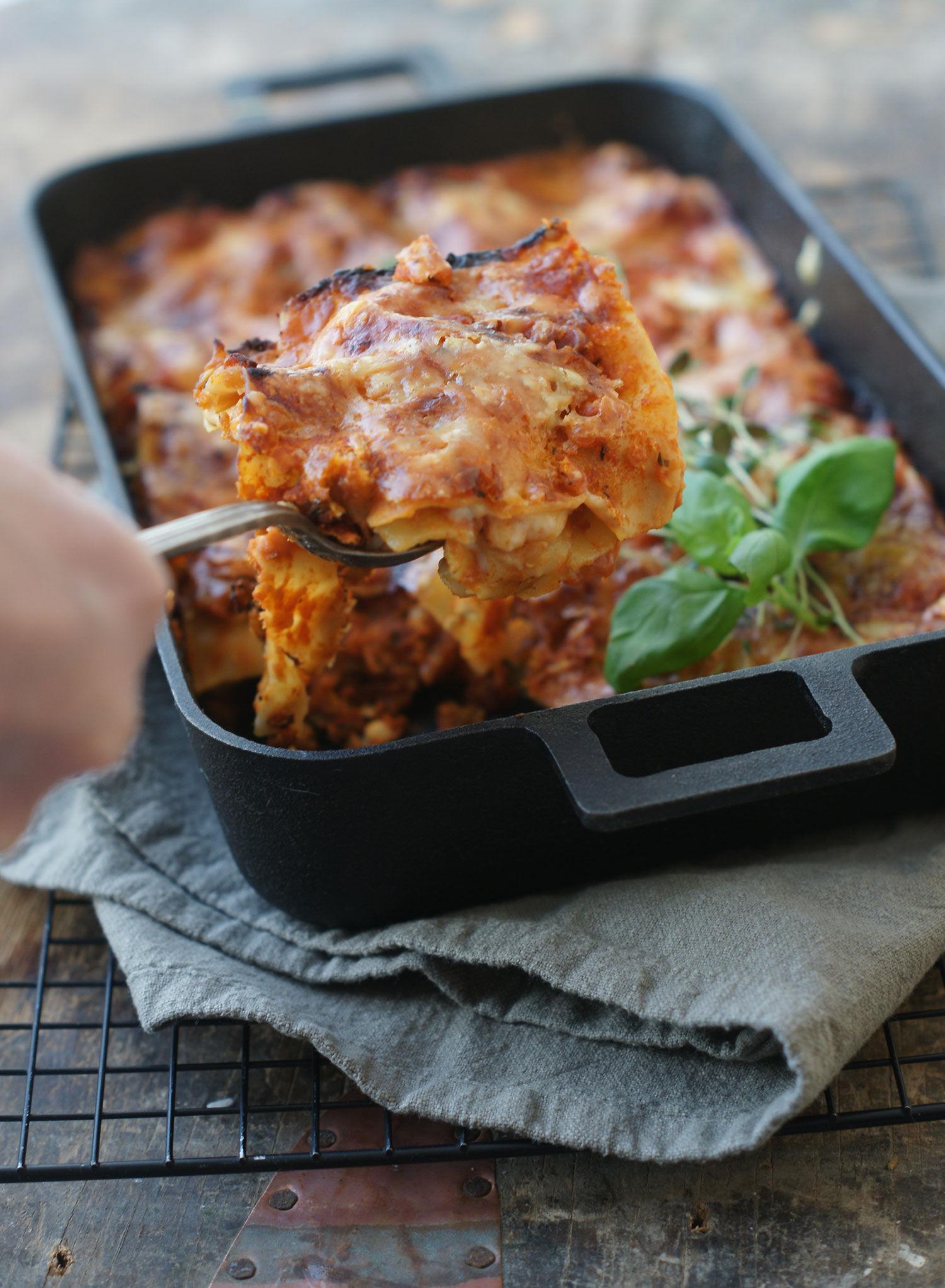 Vegetarisk lasagne med röda linser i gjutjärnsform