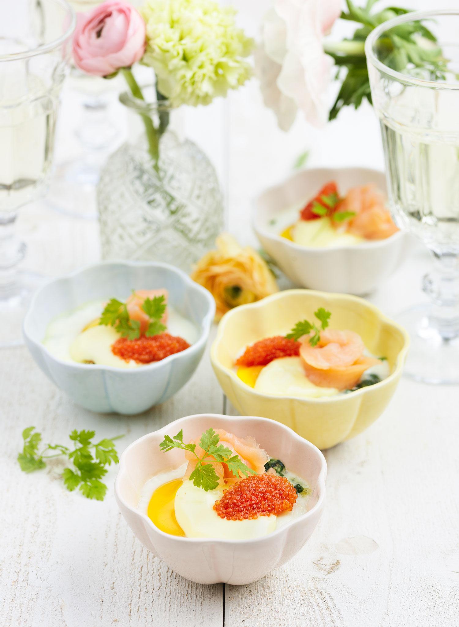 Ägg i cocotteformar med spenat, lax, stenbitsrom och hollandaisesås till påskbuffén
