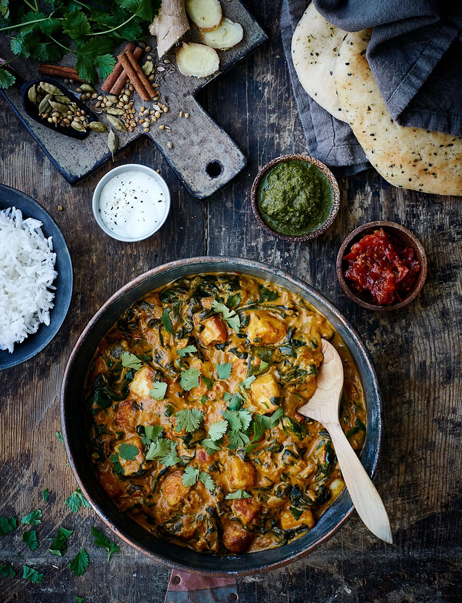 Vegetarisk indisk gryta med halloumi i gjutjärnsgryta