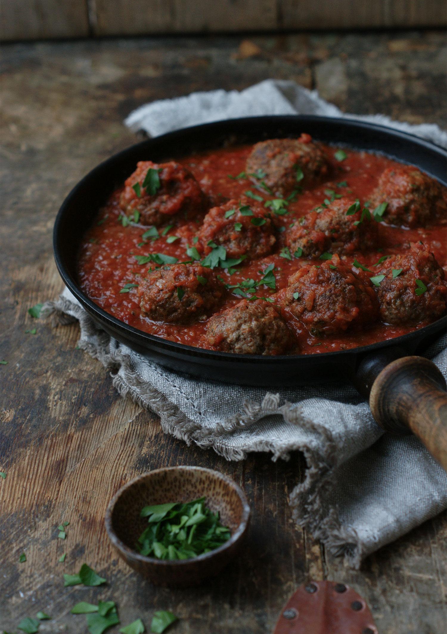 italienska köttbullar i tomatsås i gjutjärnspanna