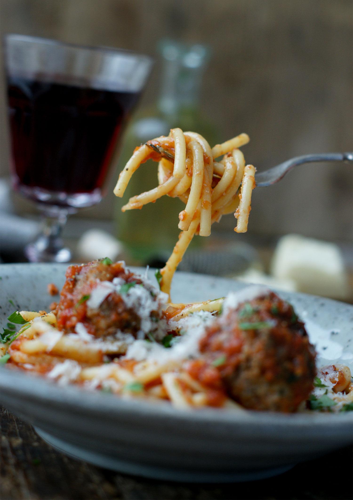 gaffel med spaghetti och italienska köttbullar i tomatsås
