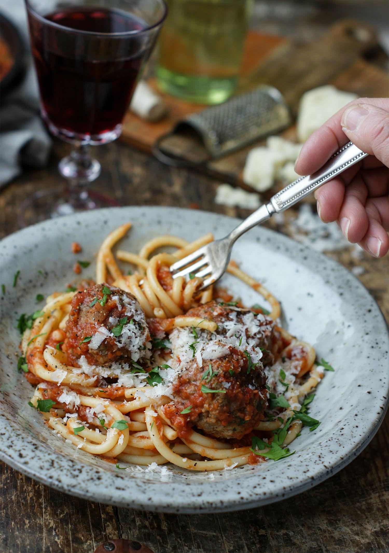 Spaghetti på gaffel med italienska köttbullar i tomatsås