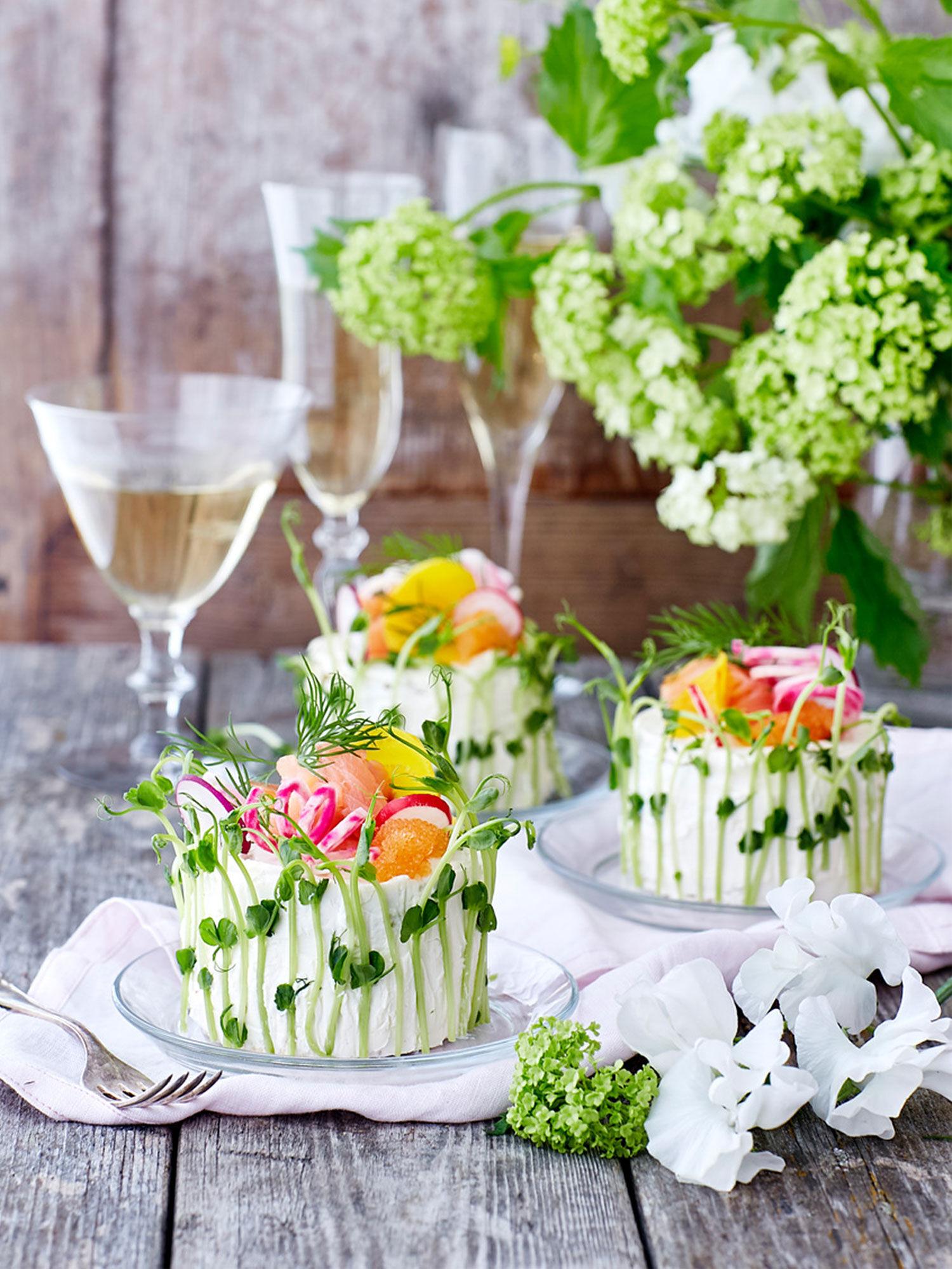 Mini smörgåstårtor med chamagneglas och blommor