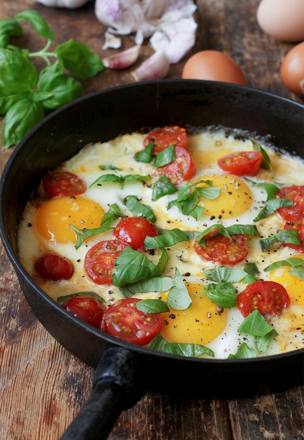 Allt-i-ett mozzarella, tomater och ägg i gjutjärnspanna