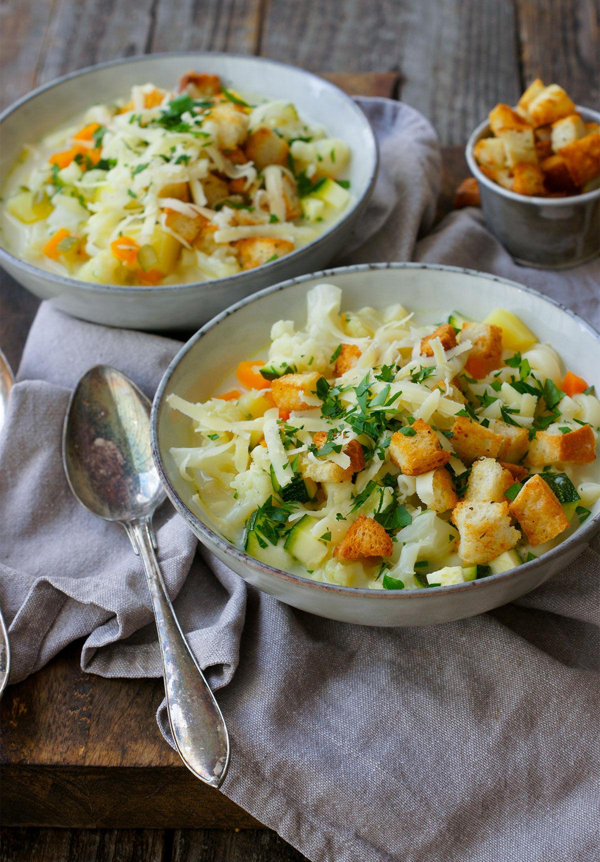 Grönsakssoppa med makaroner, örtkrutonger och Gruyére-ost
