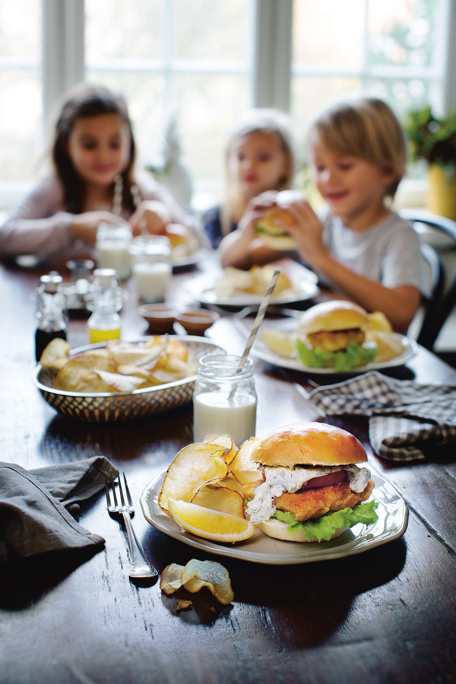 Barn som äter Fiskburgare med salt and vinegar chips