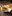 Cajunkyckling med ugnsbakad sötpotatis, cole slaw och honungsdijonsås i en liten korg i metall på ett rutiskt träbord