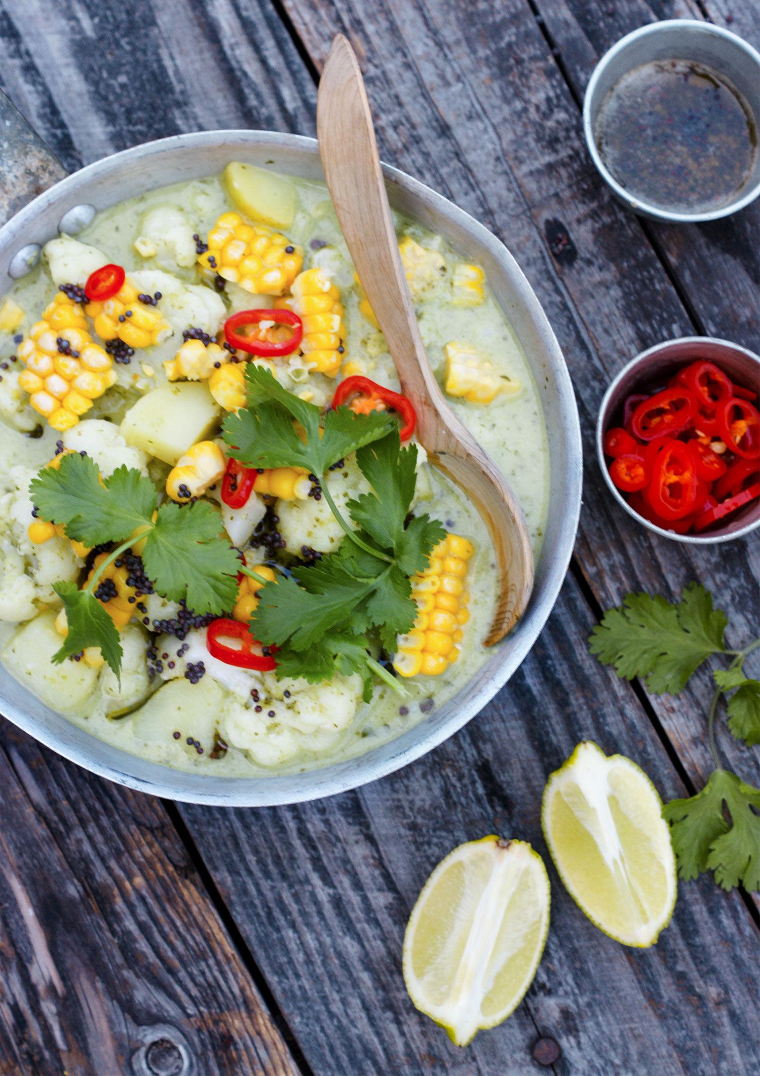 Enkel vegetarisk gryta med recept på indisk gryta med potatis, blomkål, kokos, senapsfrön och picklad chili