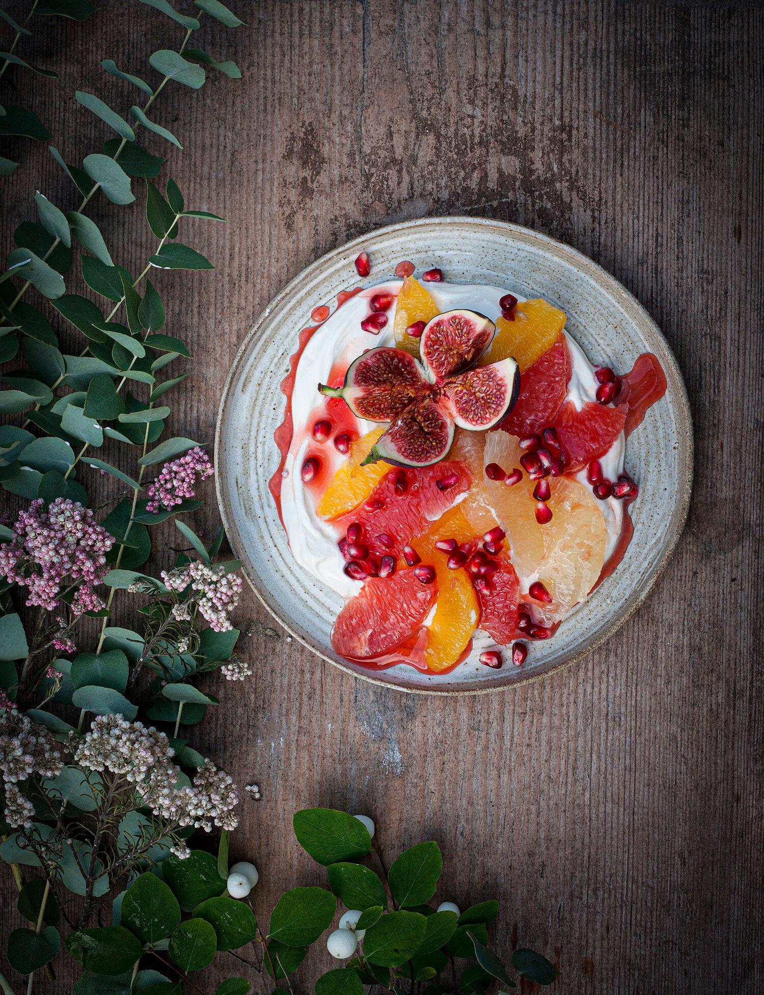 Kardemummayoghurt med citrusfrukter, granatäpple, fikon och fruktsirap