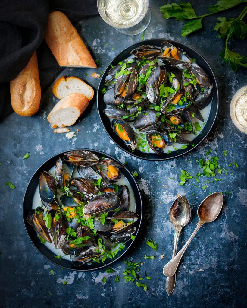 Moules marinières i två svarta skålar.