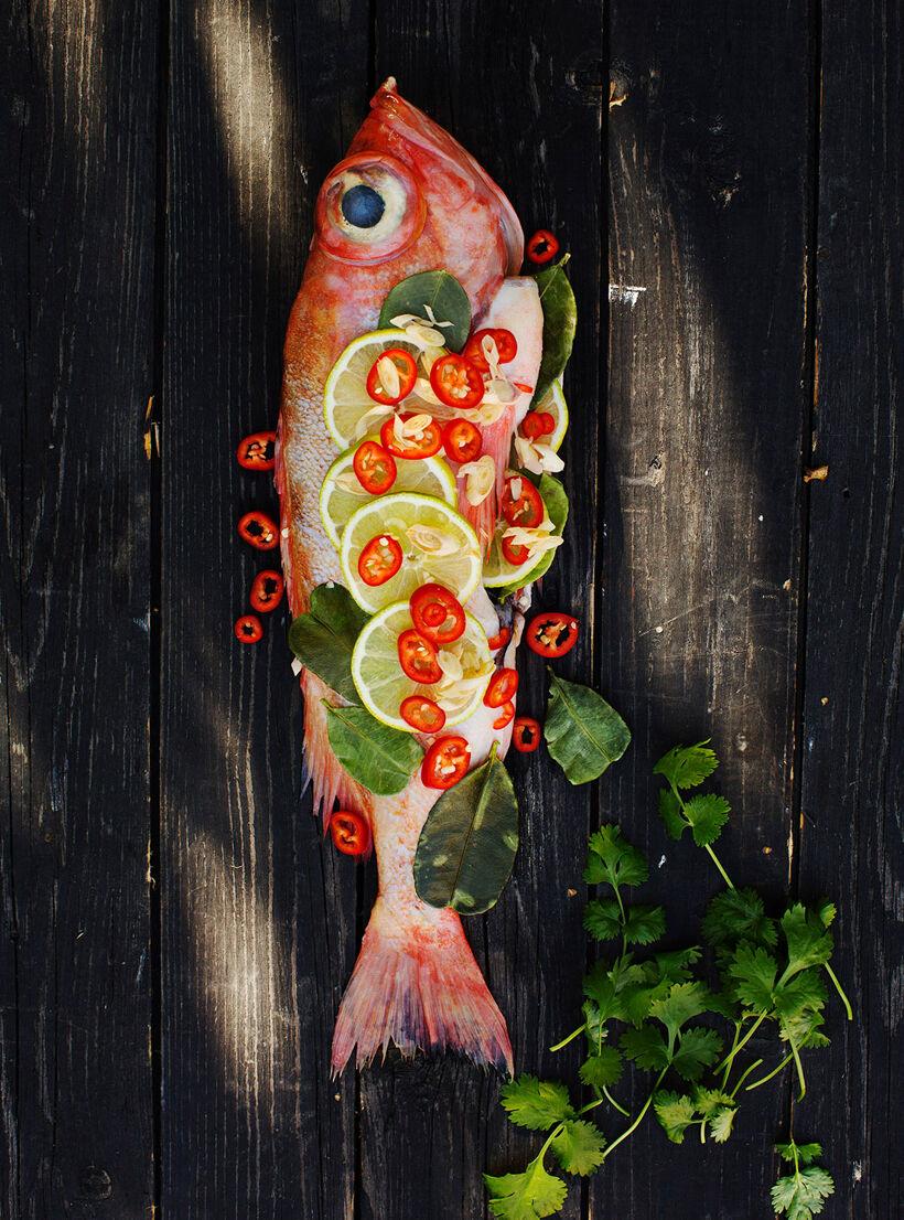 Asiatisk helgrillad fisk med citrongräs, limeblad och chili