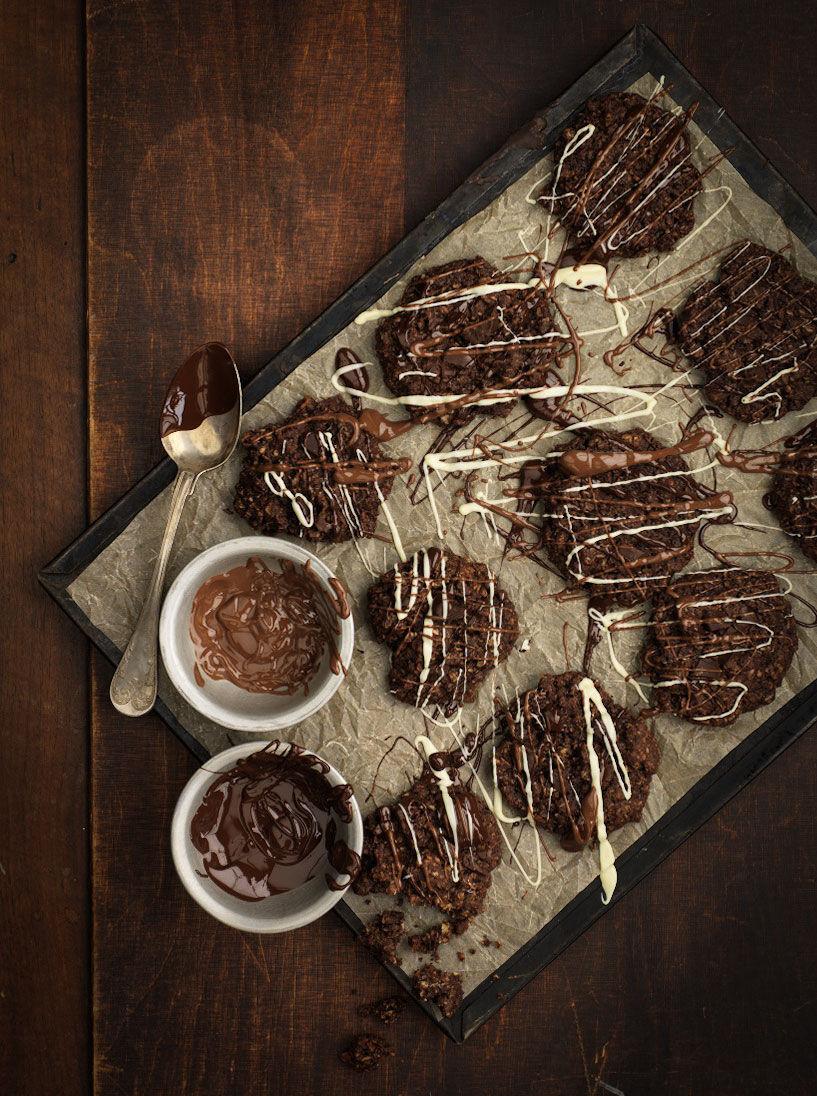 Chokladhavrekakor med smält ringlad choklad över