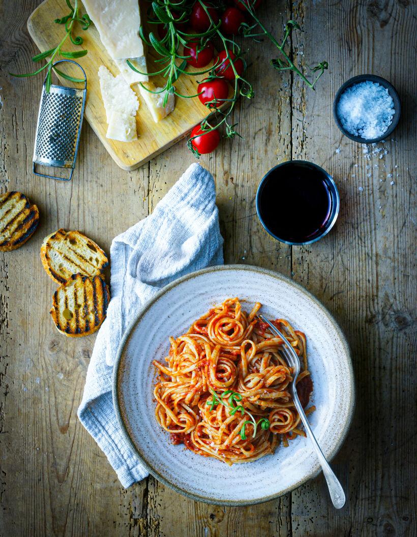 En skål med pasta och tomatsås