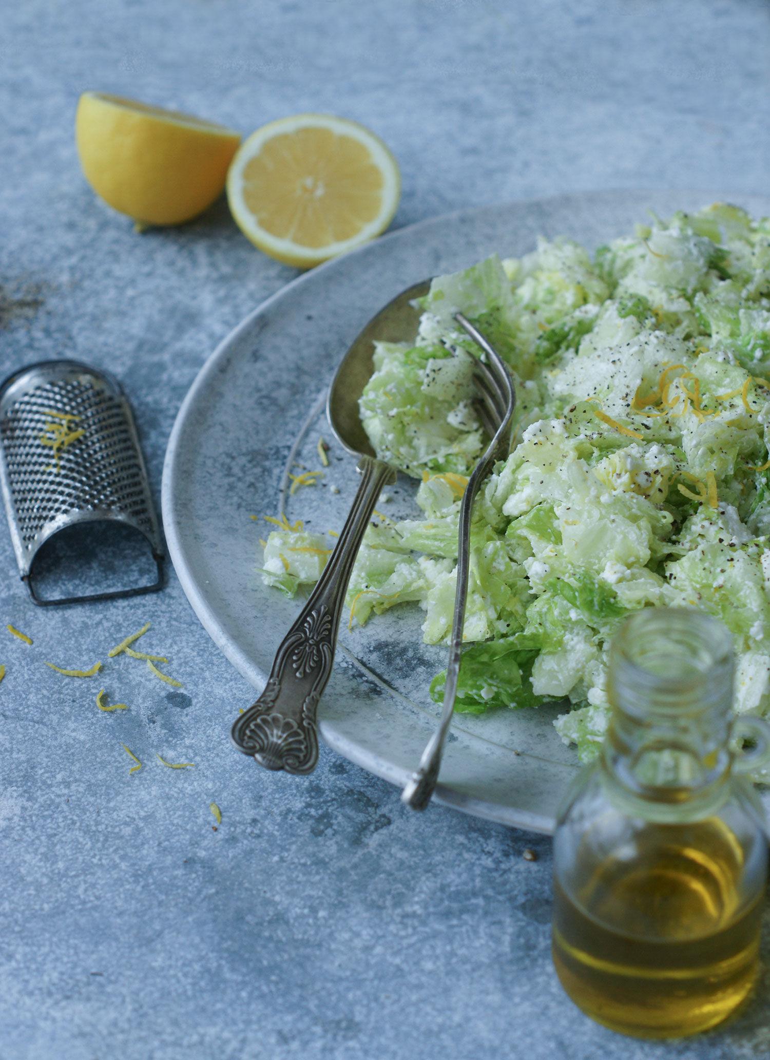 Isbergssallad med feta och citron