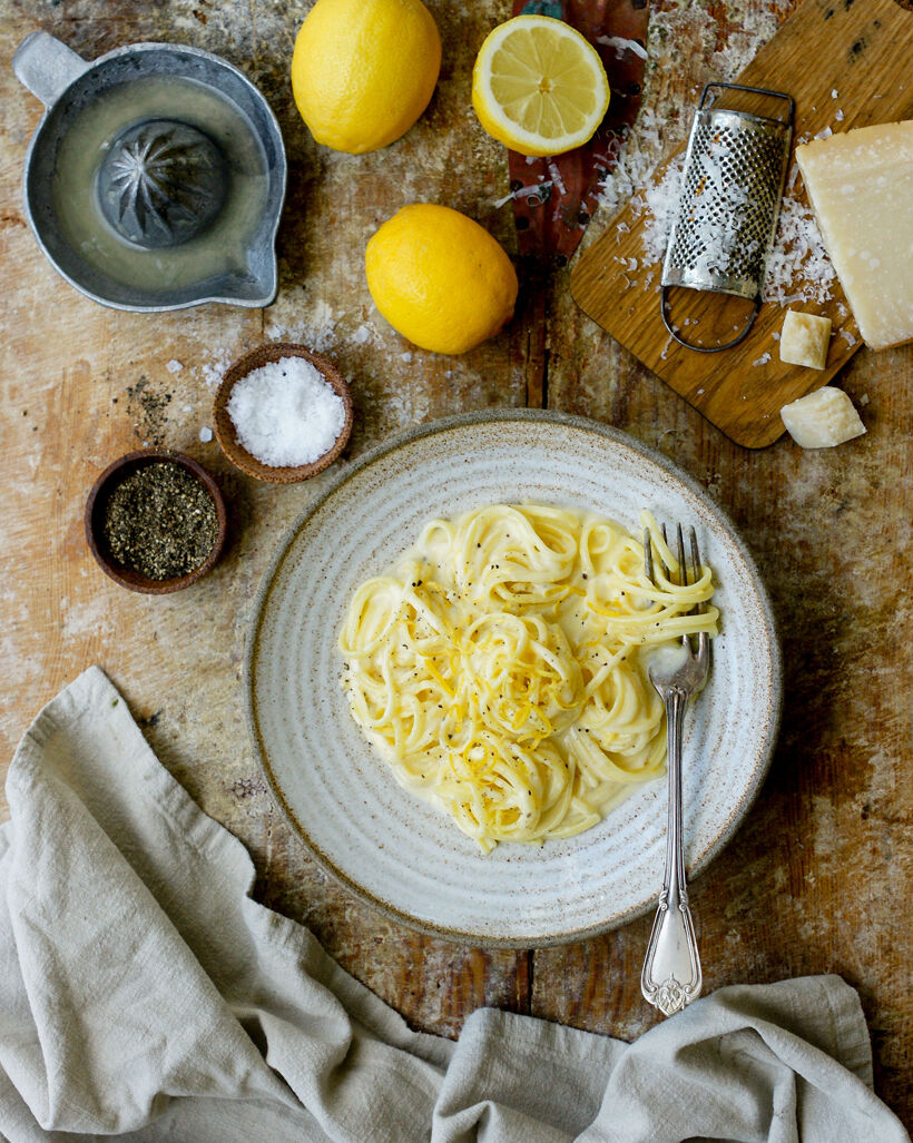 En skål med krämig pasta med citronsås