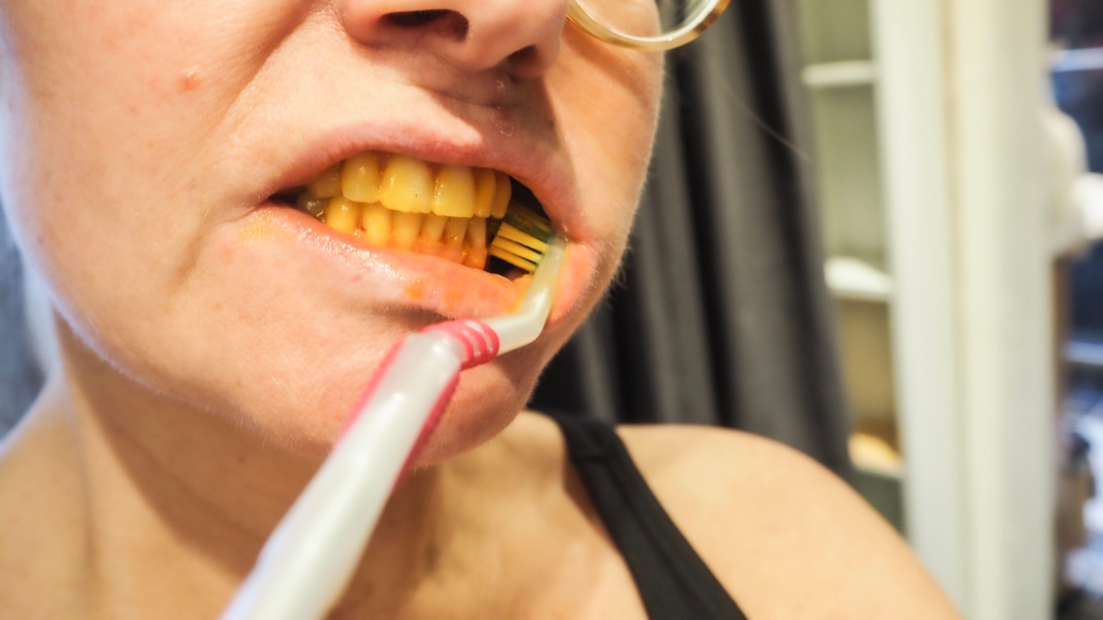 borsta tänder med gurkmeja
