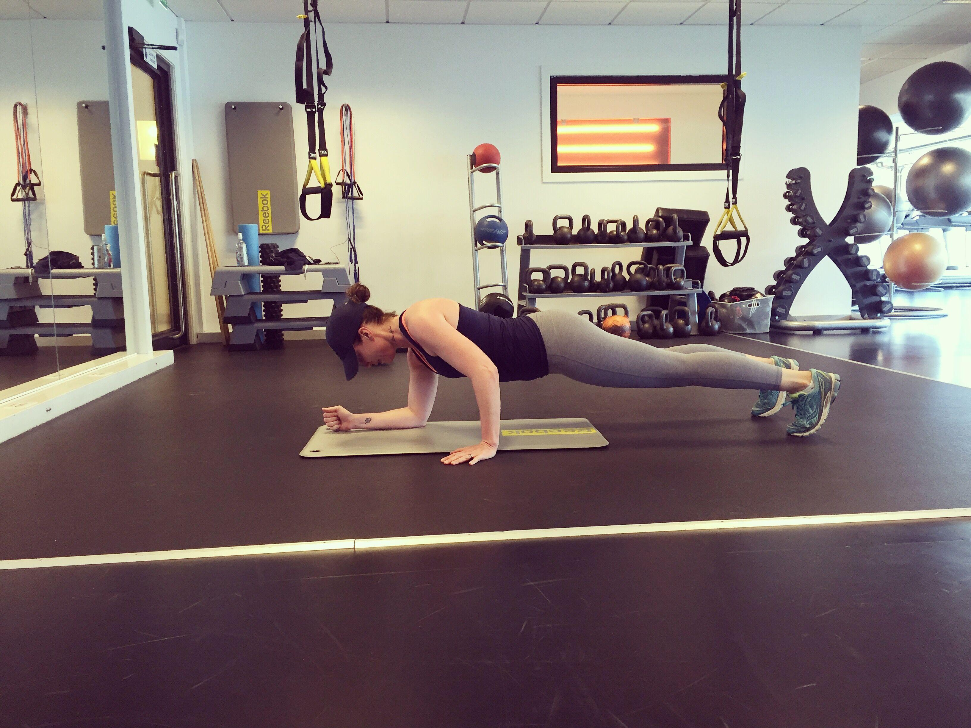 Gört: Utgångsposition är vanlig planka på armbågarna. Ställ dig därefter på raka armar och börja vandra genom att sänka en armbåge i taget. Först den ena armen och sedan den andra, hela tiden med stabil bål. Här ska det ta: Övningen tränar hela muskelkorsetten och är en toppenövning för en stark hållning.