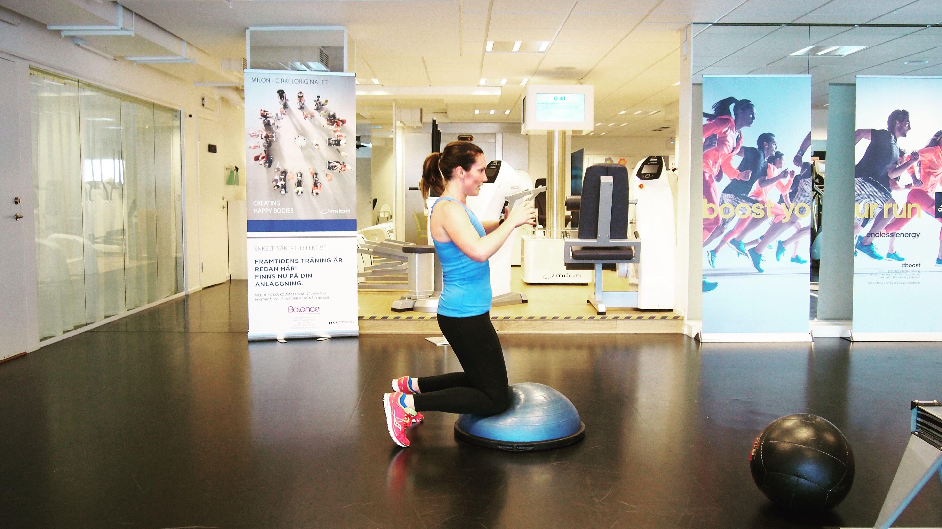 I den här övningen faller du ner på bollen från stående och tar dig upp igen, utan att ta hjälp av något.