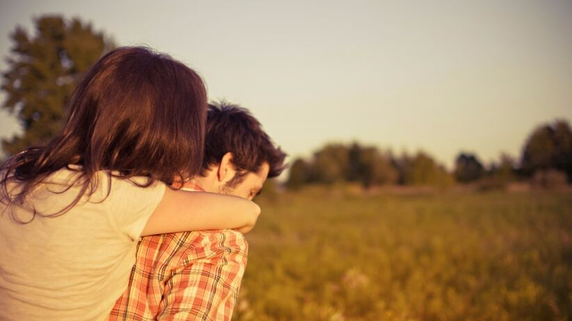 20151006130532-couple-love-romance-girl-guy-people-piggy-back-field