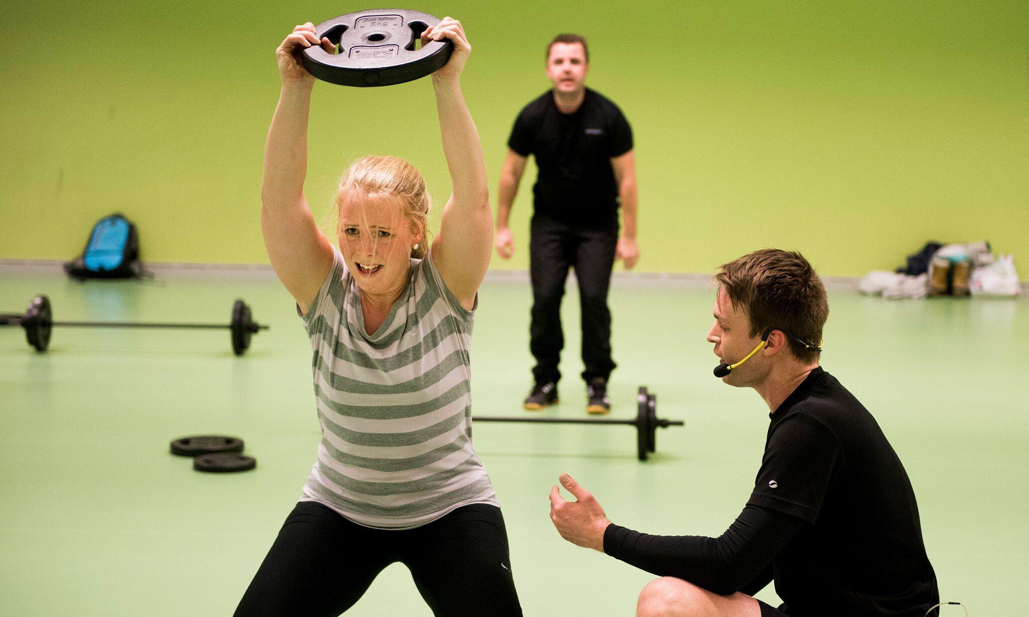 Här är jag på ett gruppträningspass i mitten av min viktresa. Som ni ser kör jag stenhårt tack vare en grymt peppande tränare - en av fördelarna med gruppträning. Bild lånad från HTA Kockum Fritid.