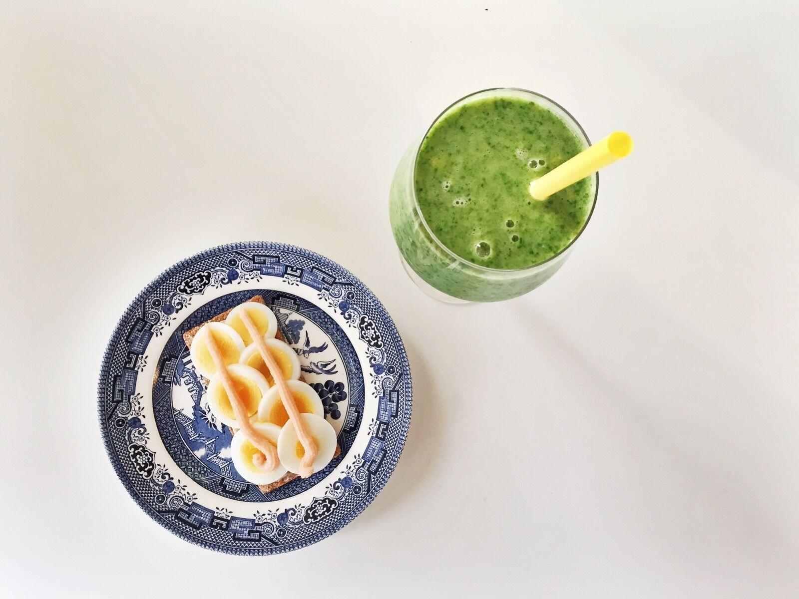 Min härliga, gröna spenatsmoothie serverades med ett knäcke (1 sp) med ägg (2 sp) och kaviar (1 sp).