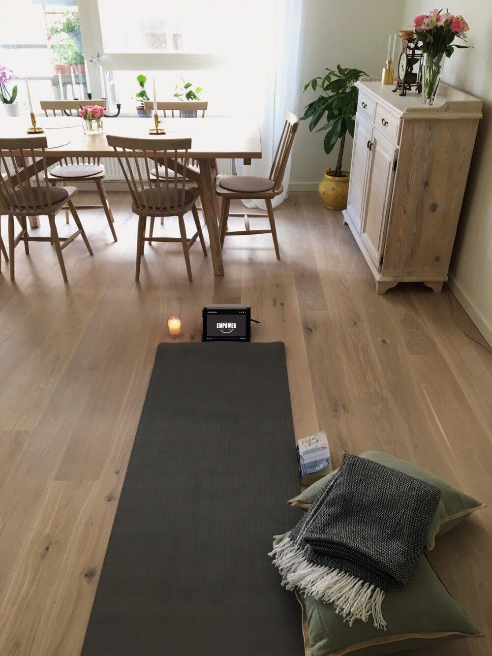 Yoga hemma i vardagsrummet.