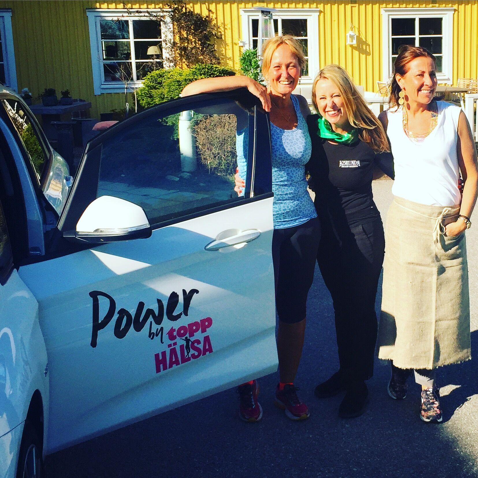 Power by ToppHälsa stå¨r det på bilen som BMW sponsrat oss med inför Vårruset. Det tar jag till mig. Power. Här med systrarna Fiffi och Lotta på Körunda.
